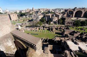 世界遺産フォロ・ロマーノ中心部から西側の写真素材 [FYI01713546]