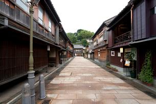 金沢市ひがし茶屋街 紅殻格子の並ぶ道の写真素材 [FYI01713567]