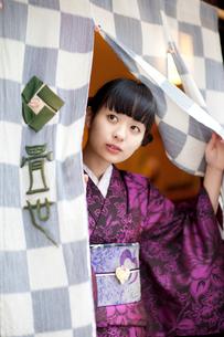 暖簾をくぐる着物を着た女性の写真素材 [FYI01713636]