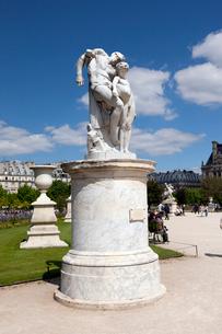 パリ チュイルリー公園の彫像の写真素材 [FYI01713670]