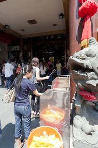 シンガポール観音堂 線香に火をつける人々の写真素材 [FYI01713690]