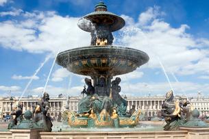 パリ コンコルド広場噴水の水しぶきの写真素材 [FYI01713715]