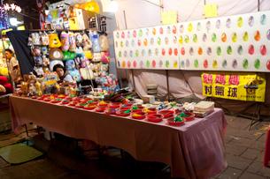 台北・夜市 ゲームエリアのダーツゲーム(射気球)の写真素材 [FYI01713728]