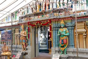 シンガポール スリ・クリシュナン寺院の門前近景の写真素材 [FYI01713793]