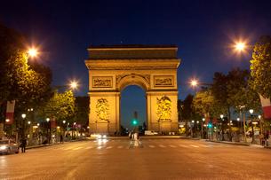 パリ 夜の凱旋門の写真素材 [FYI01713956]
