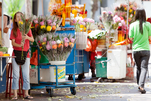 シンガポール 観音堂近くの花と線香売り場の写真素材 [FYI01714008]