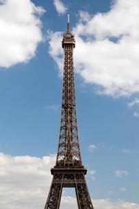 シャイヨ宮から望むエッフェル塔尖端の写真素材 [FYI01714013]