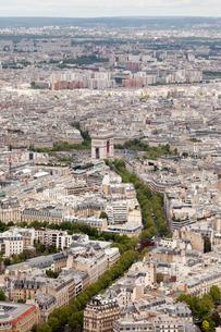 パリの街 凱旋門方面の写真素材 [FYI01714060]