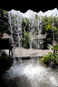 滝の洞窟と園内の通行路の写真素材 [FYI01714131]