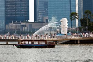 改修後のマーライオンと桟橋の写真素材 [FYI01714166]