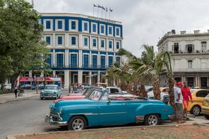 キューバ ハバナの街なみとクラシックカーの写真素材 [FYI01714371]