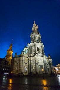 ドレスデン街並み 宮廷教会とレジデンツ城の夜景 冬の写真素材 [FYI01714388]