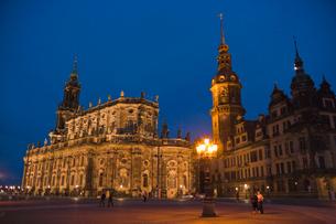 ドレスデン街並み 宮廷教会とレジデンツ城 夕暮れ時の写真素材 [FYI01714602]