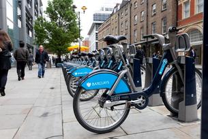 ロンドンの青い貸し自転車の写真素材 [FYI01714623]
