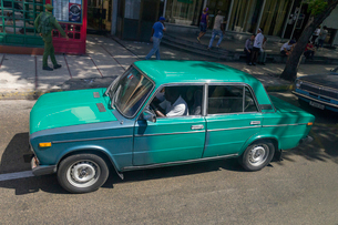 キューバ ハバナの街なみとクラシックカーの写真素材 [FYI01714869]