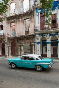 キューバ ハバナのクラシックカーの写真素材 [FYI01714918]