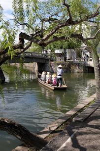倉敷美観地区 倉敷川の中橋をくぐる川舟流しの写真素材 [FYI01714970]
