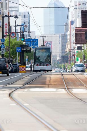 富山、路面電車、中心部を走るサントラムT102形の写真素材 [FYI01715365]