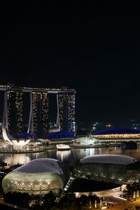 シンガポール夜景、エスプラネードシアターズとマリーナベイの写真素材 [FYI01715368]