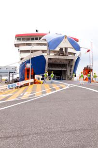佐渡島 両津港 乗船中のカーフェリーの写真素材 [FYI01715551]