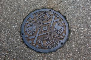 石川、輪島市、漆器イメージのマンホールの写真素材 [FYI01715665]