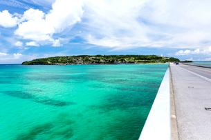 沖縄 エメラルドの海と古宇利島の写真素材 [FYI01715735]