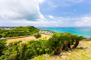 沖縄世界遺産 勝連城 二の曲輪から望む三の曲輪の写真素材 [FYI01715930]