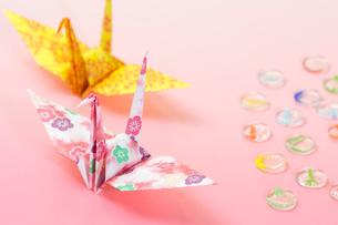 二羽の折鶴の写真素材 [FYI01716006]
