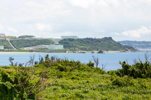 宮城島から望む平安座島の石油コンビナート群の写真素材 [FYI01716020]