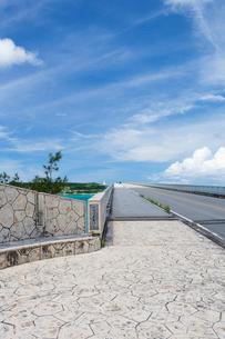 古宇利大橋、屋我地島入口の写真素材 [FYI01716098]