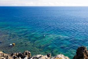 沖縄 辺戸岬 サンゴ礁が透ける海の写真素材 [FYI01716111]