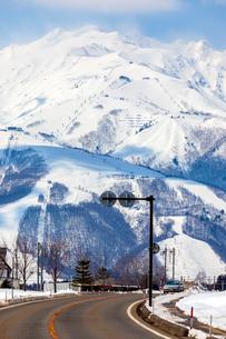 千国街道から望む白馬連峰の写真素材 [FYI01716206]