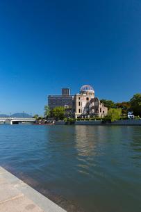 元安川と原爆ドームの写真素材 [FYI01716220]