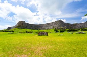 沖縄世界遺産、今帰仁城跡の城壁の写真素材 [FYI01716246]