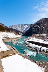 新潟、雪解け水が流れる姫川の写真素材 [FYI01716300]