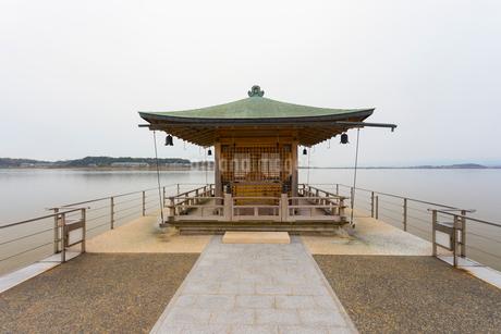片山津温泉 浮御堂と柴山潟の写真素材 [FYI01716375]