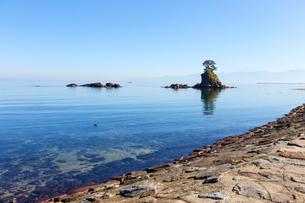 雨晴海岸 日本海と女岩の写真素材 [FYI01716393]