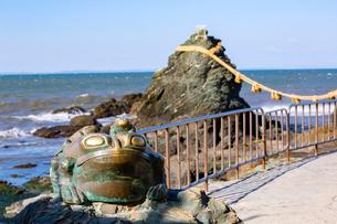 二見ヶ浦の男岩と二見蛙の写真素材 [FYI01716504]