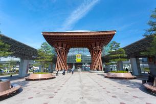 金沢駅 鼓門の写真素材 [FYI01716626]