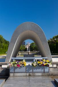 慰霊碑と原爆ドームの写真素材 [FYI01716743]