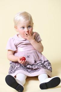いちごを食べる外国人の女の子の写真素材 [FYI01716956]