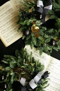 クリスマスリースと楽譜の写真素材 [FYI01717117]