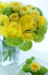 ラナンキュラスとバラとスノーボールとスイセンの黄色いアレンジの写真素材 [FYI01717137]
