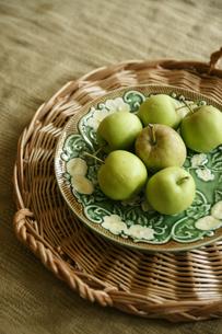 お皿にのせたグリーンアップルの写真素材 [FYI01717195]