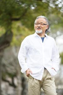 公園を散歩するシニア男性の写真素材 [FYI01717206]