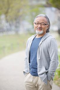 公園を散歩するシニア男性の写真素材 [FYI01717222]