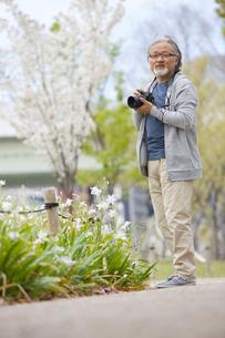 カメラを構えるシニア男性の写真素材 [FYI01717275]