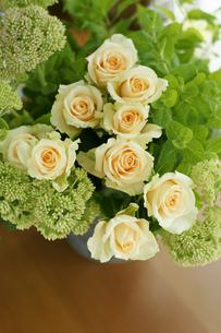 バラとセダムとミントのアレンジの写真素材 [FYI01717292]