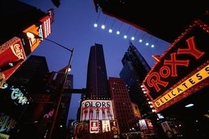タイムズ・スクエアのワイドネオンの写真素材 [FYI01717331]