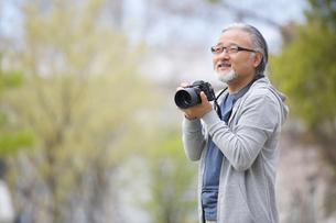 カメラを構えるシニア男性の写真素材 [FYI01717611]